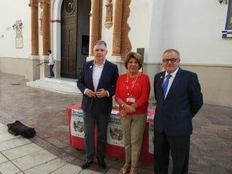 El delegado del Gobierno Andaluz, Francisco José Romero, ha visitado esta mañana una de las mesas informativas instaladas por la asociación en Huelva, acompañado de Rafael López