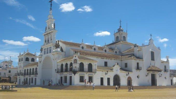 El columbario iría ubicado frente a la marisma y al Santuario de la Virgen del Rocío