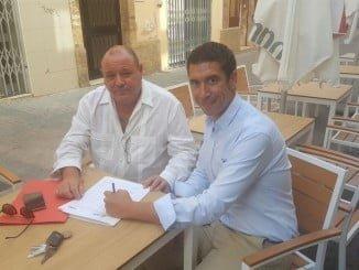 Jesús Martín y Francisco Muñoz firman el acuerdo alcanzado por El Tinglado Gastronómico y Bareca