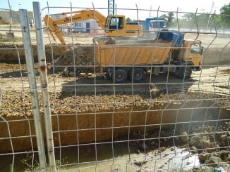 Excavadora trabajando en los terrenos del Ensanche Sur