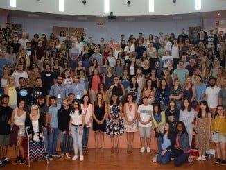 La rectora con los alumnos Erasmus que estudiarán este curso en Huelva