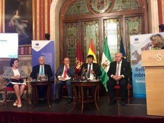 Cruz, en una mesa redonda celebrada en el Ayuntamiento de Sevilla sobre 'El papel de los Gobiernos locales y Regionales en el nuevo escenario europeo'