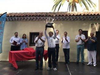 Ricardo Terradas, al frente del Marina Rubicón- Doñana, recoge el grofeo del ganador