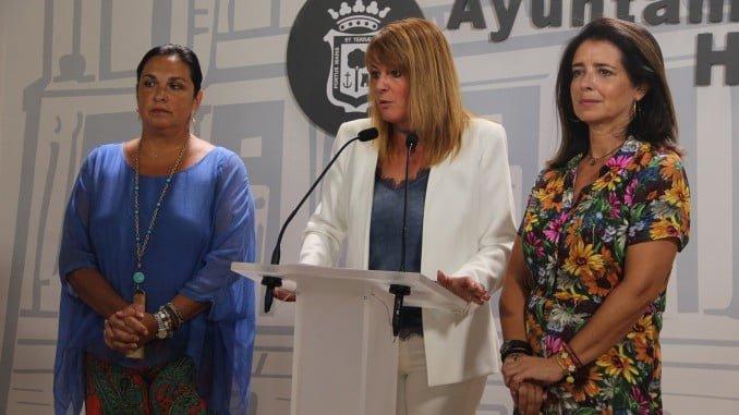 La portavoz del Grupo Popular en el Ayuntamiento de Huelva, Pilar Miranda; junto a las concejalas Carmen Sacristán y Juana Carrillo