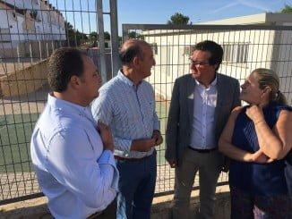 El presidente del PP de Huelva y portavoz adjunto del Grupo Popular en el Parlamento, Manuel Andrés González, en el CEIP Río Piedras de Lepe