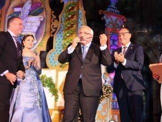 El Capataz de Honor, Luis Baras Japón, prueba el vino en presencia del alcalde de La Palma