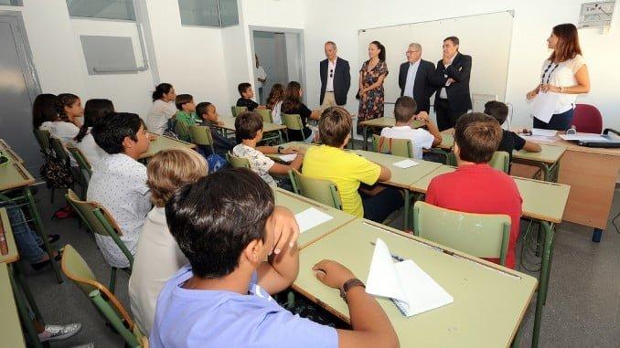 El delegado de educación en una aula del IES Odiel de Gibraleón