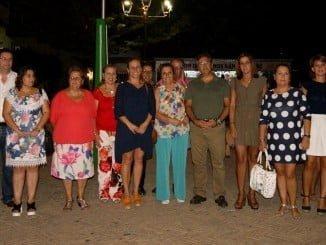 La alcaldesa de Isla Cristina junto a miembros de la Comisión de Fiestas