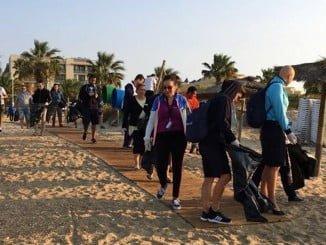 Limpieza de la Playa junto al Hotel Family Life Islantilla