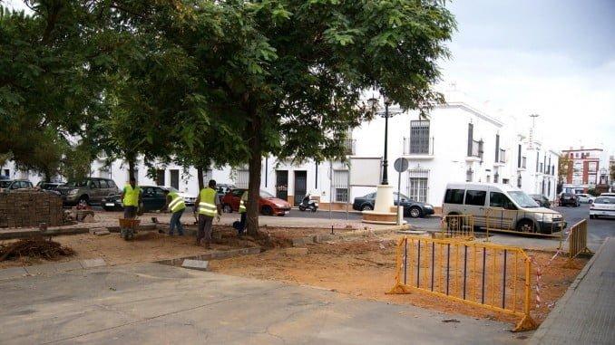 Operarios reparando la Plaza de la Marisma