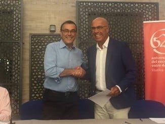 Apretón de manos tras la firma del convenio entre Caraballo y Bibiano Orta