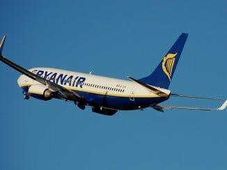 Facua ha comprobado que la aerolínea sigue publicitando el teléfono 902 en su web