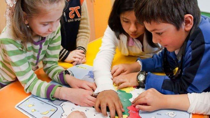 Varios niños reconocen un plano en relieve y braile