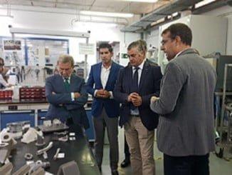 Javier Carnero, durante su visita al CATEC, ubicado en el Parque Tecnológico Aeroespacial de Andalucía (Aerópolis), en Sevilla
