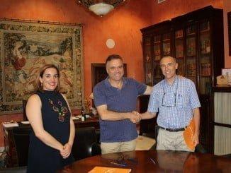 El alcalde de La Palma junto al gerente de Damas y la concejala de Juventud