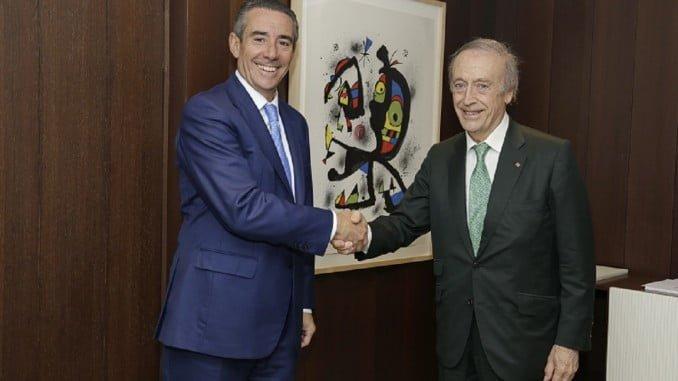 Juan Alcaraz, director general de CaixaBank, y Miguel A. Torres, presidente de la FEV
