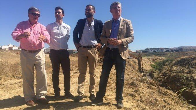 El delegado de Medio Ambiente en su visita a los trabajos de limpieza del cauce de Moguer