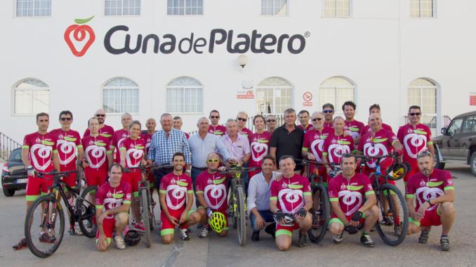 El equipo Club Ciclista Platero de Moguer renueva su equipación gracias a la cooperativa fresera