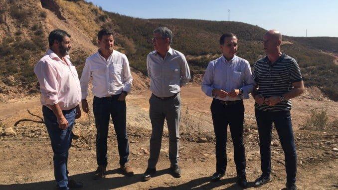 El director general de Planificación y Gestión del Dominio Público Hidráulico, Juan Serrato, ha visitado la zona de la mina de La Zarza acompañado por los delegados territoriales de Economía, Manuel Ceada, y Medio Ambiente, José Antonio Cortés