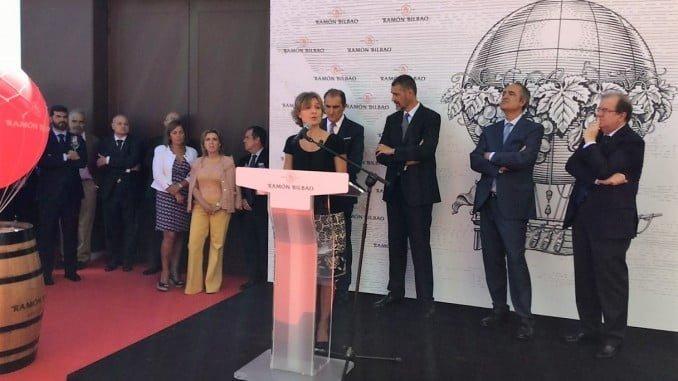 García tejerina en la inaguración de la nueva bodega Ramón Bilbao, en Rueda (Valladolid)