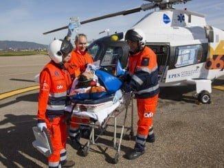 Sanitarios de EPES trasladan a un herido en helicóptero