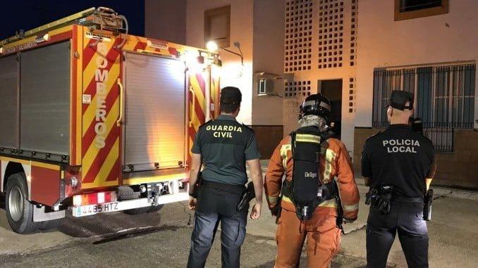 Efectivos de seguridad en el incendio de una vivienda en La Palma