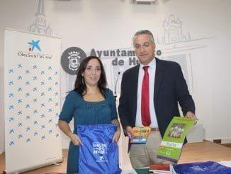 La concejala de Políticas Sociales y el director de de Área de La Caixa de Huelva