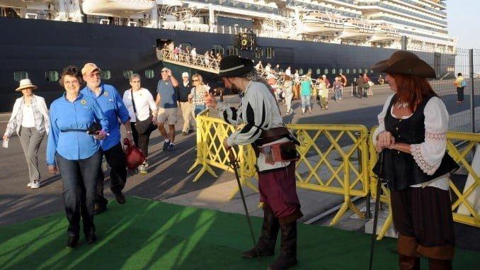 El grupo de animación Litore Lux da la bienvenida a los turistas a su llegada a Huelva