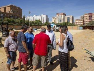 Gabriel Cruz visitando las obras de rehabilitación del campo de fútbol de Los Rosales