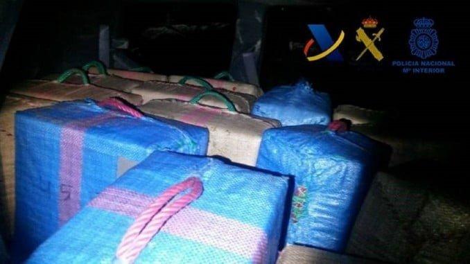 La droga, almacenada en 73 fardos, fue desembarcada por una lancha y transportada en dos todoterreno