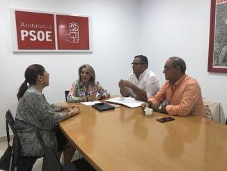 Pepa González Bayo con representantes socialistas de los municipios costeros