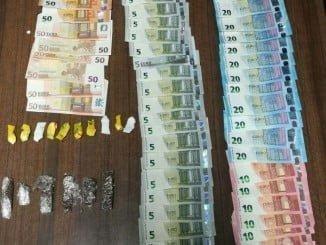 La Guardia Civil ha intervenido al detenido 6 barras de hachís, 10 papelinas de cocaína y 990 euros