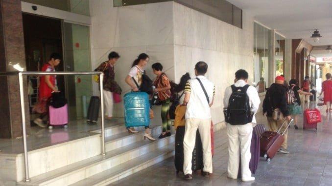 Turistas japoneses saliendo de un hotel de Huelva