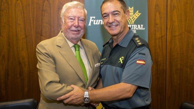 García Palacios y Romero Guijarro, tras la firma del acuerdo de Fundación Caja Rural del Sur con la Comandancia de la Guardia Civil de Huelva