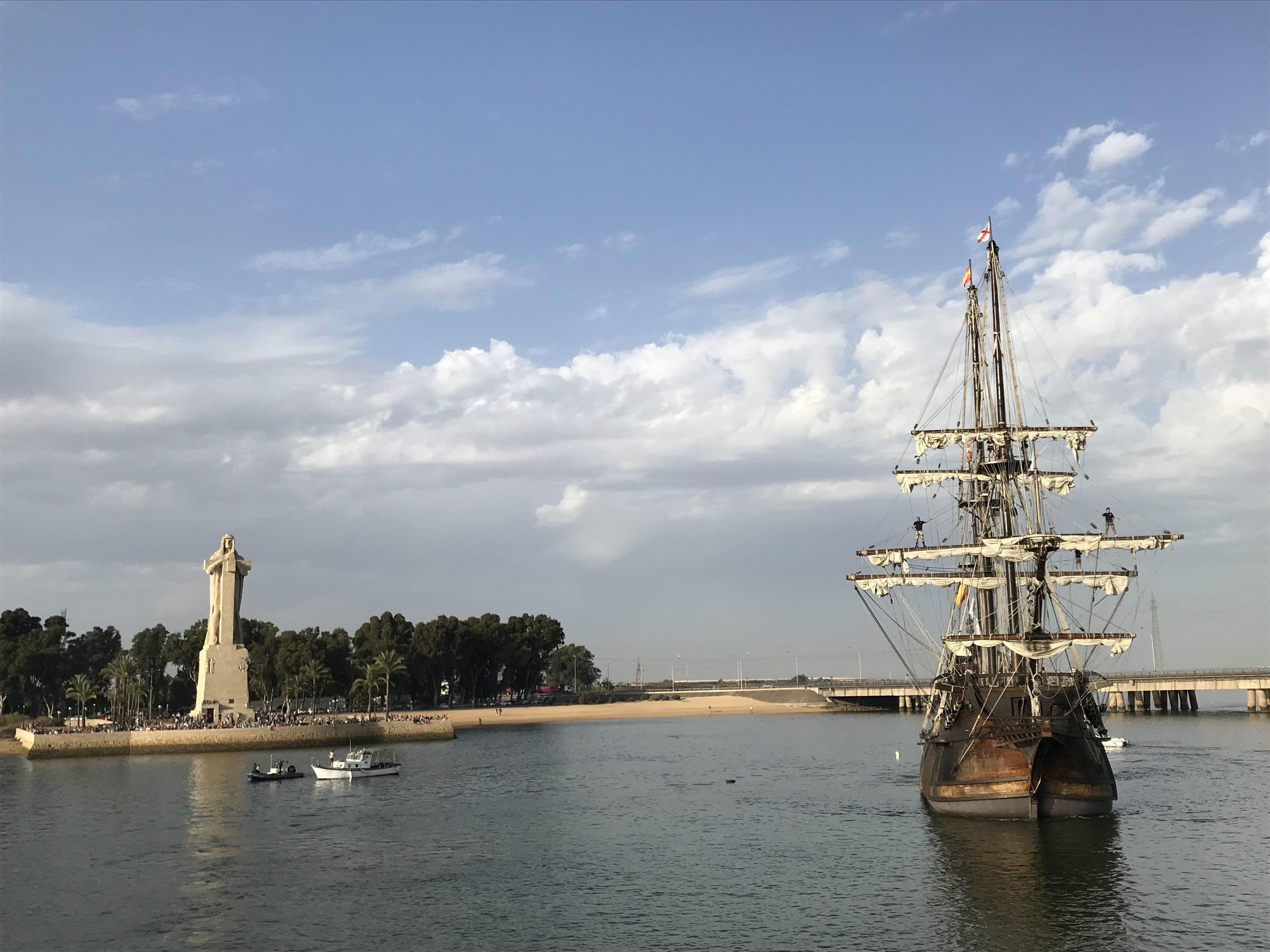 Bonita estampa del navío ante el Monumento a Colón en el 525 Aniversario del Descubrimiento.