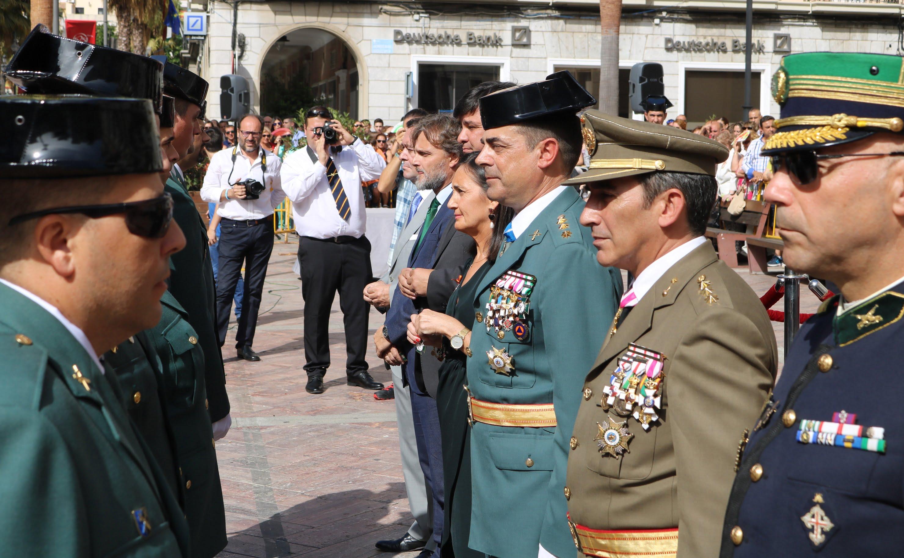 Momento de la entrega de medallas a los guardias civiles galardonados.