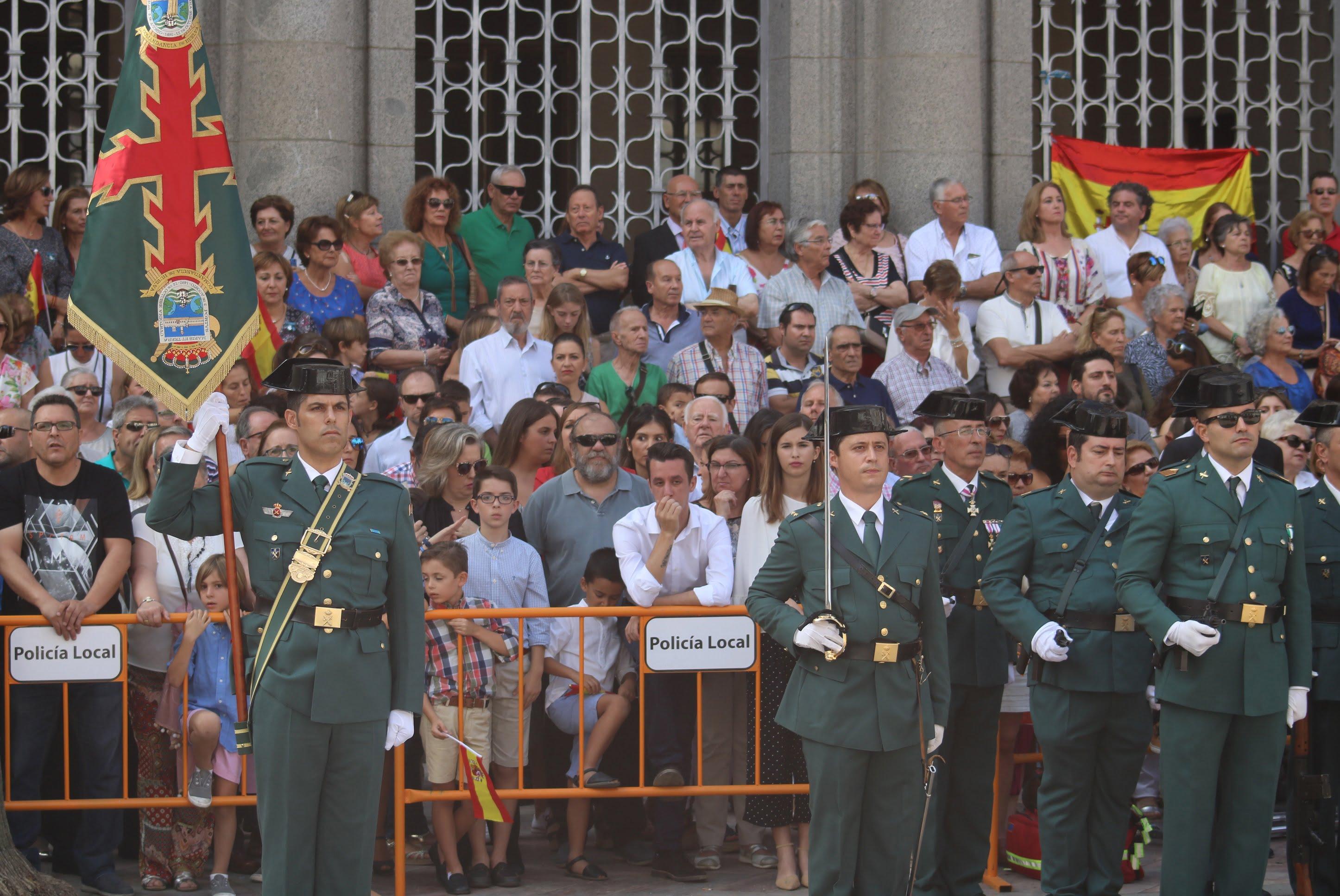 Muchas personas acompañaron en Huelva capital a la Guardia Civil en el día de su patrona.