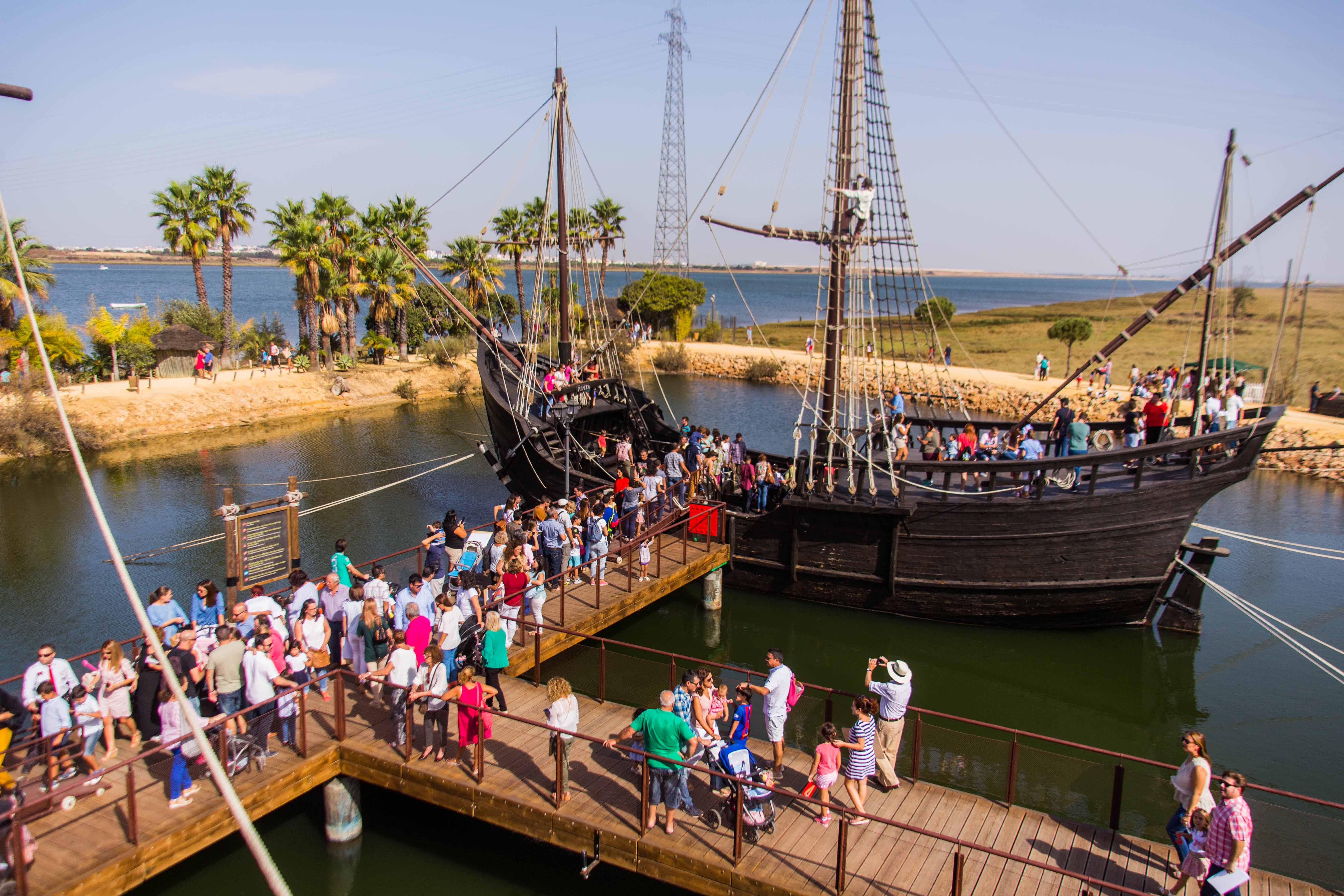Muchas personas se acercaron hasta el Muelle de las Carabelas para disfrutar del 12 de Octubre.