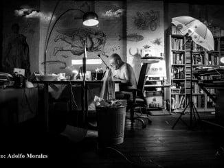 En la foto de Adolfo Morales, el creador Faustino Rodríguez trabaja en su estudio.