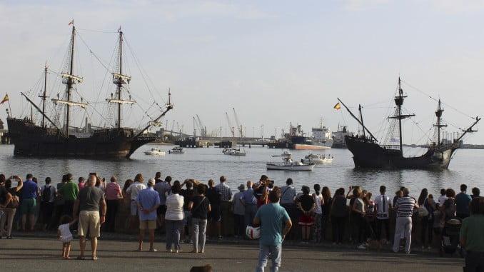 Muchas personas acudieron a la Punta del Sebo a presenciar la parada naval.
