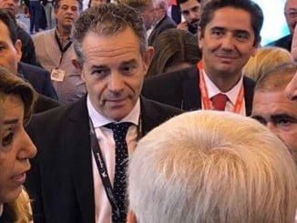 El presidente de Caja Rural del Sur, junto al sector de los berries, conversando con la presidenta de la Junta de Andalucía.