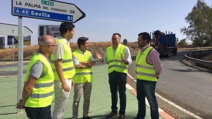 El parlamentario del PP Guillermo García junto a los alcaldes de Valverde y La Palma