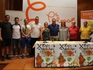 El alcalde de La Palma con algunos de los participantes en la Ruta de la Tapa y el Vino