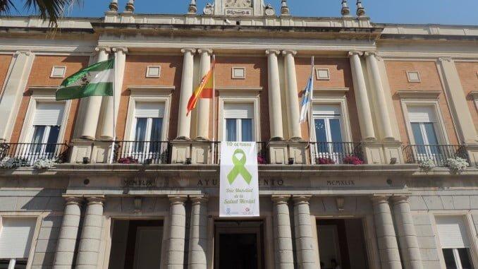 La bandera del Día Mundial de la Salud Mental ondea en el Ayuntamiento de Huelva