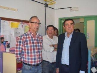 El delegado de Educación, acompañado del alcalde de Trigueros ha visitado el CEIP Triana