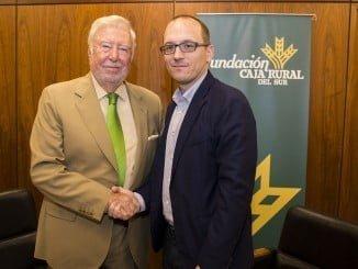 José Luis García Palacios junto a Manuel H. Martín tras la firma del convenio
