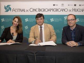 El alcalde de Huelva junto a la gerente del Centro Comercial Holea y al director del Festival de Cine