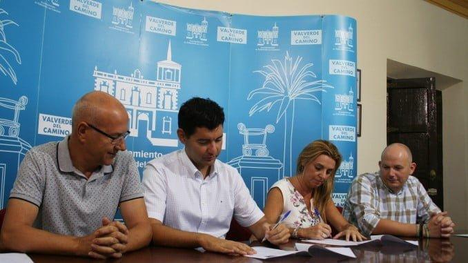 El alcalde de Valverde firma un convenio con Damas que ofrece descuentos a los estudiantes