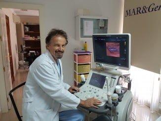 El doctor Jan Tesarik analizando imágenes virtuales en la pantalla del ecógrafo pequeña