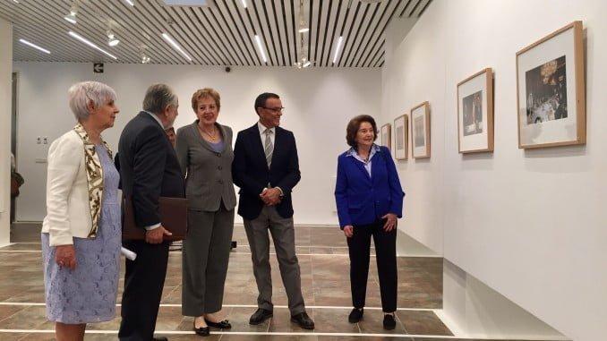 Durante la visita a la Exposición sobre el 40 aniversario del restablecimiento de relaciones diplomáticas